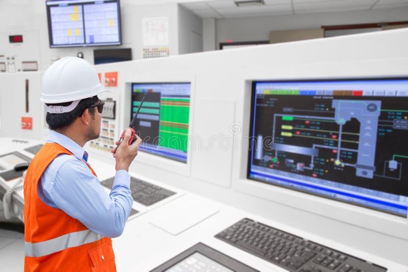 Ingénieur électrique travaillant à la salle de commande de la puissance thermique photographie stock