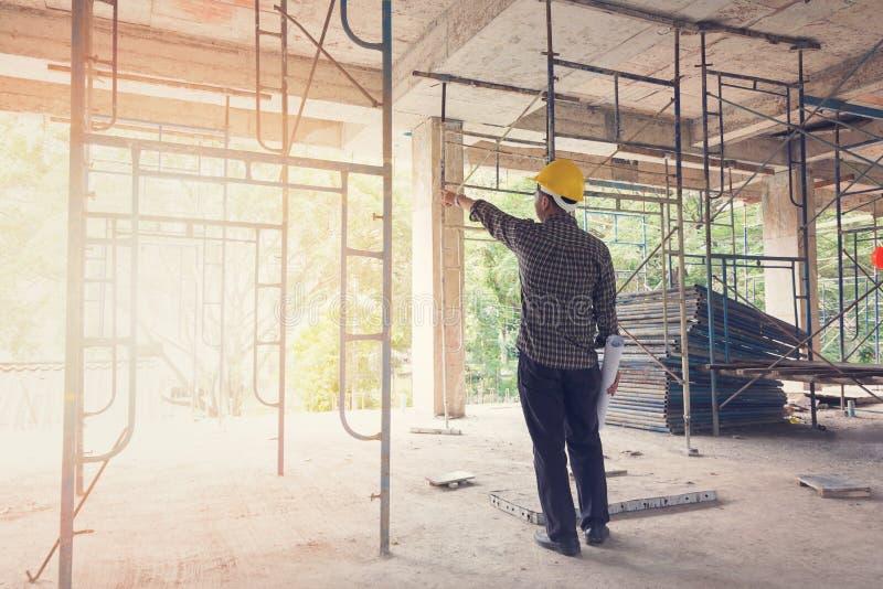 Ingénieur Architect travaillant au chantier de construction image libre de droits