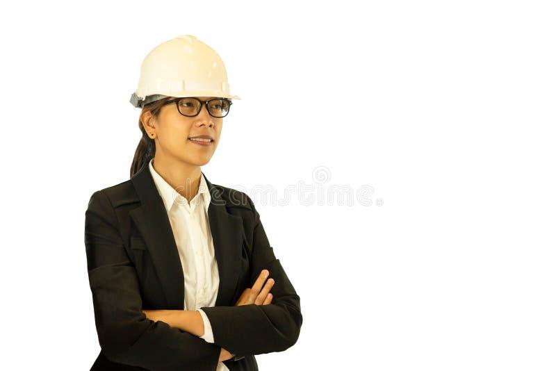 Ingénieur asiatique féminin utilisant le casque antichoc d'isolement à l'arrière-plan blanc photographie stock libre de droits