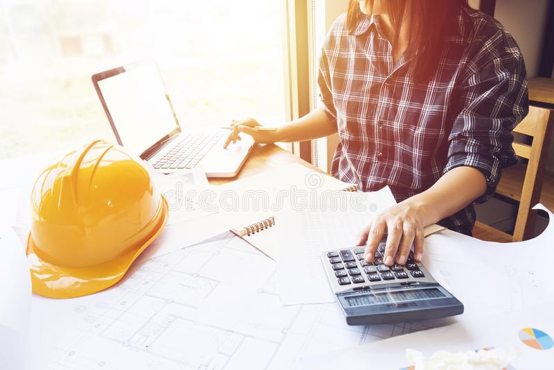 Ingénieur asiatique, femme d'architecte à l'aide de la calculatrice pour la comptabilité photo stock