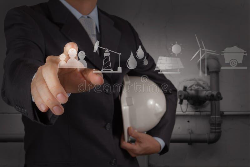 Ingénieur avec la tuyauterie des eaux usées de déchets industriels nettoyant f image stock