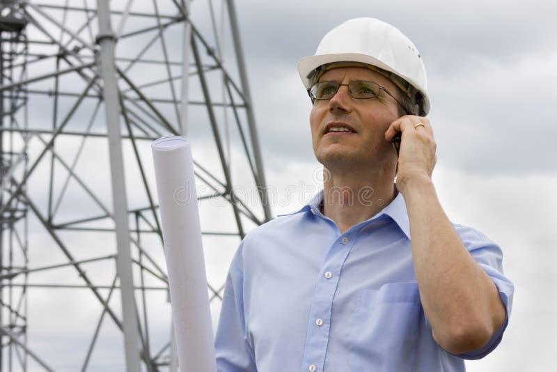 Ingénieur avec le téléphone portable photographie stock libre de droits