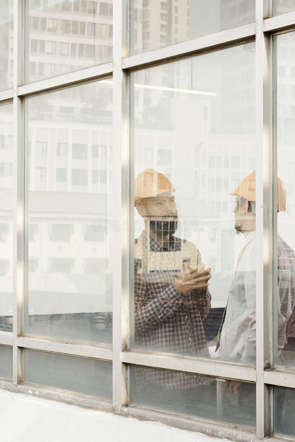 Ingénieur civil discutant le travail photos libres de droits
