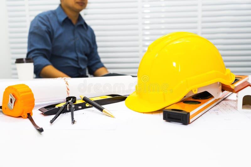 Ingénieur d'homme d'affaires s'asseyant dans le bureau image stock