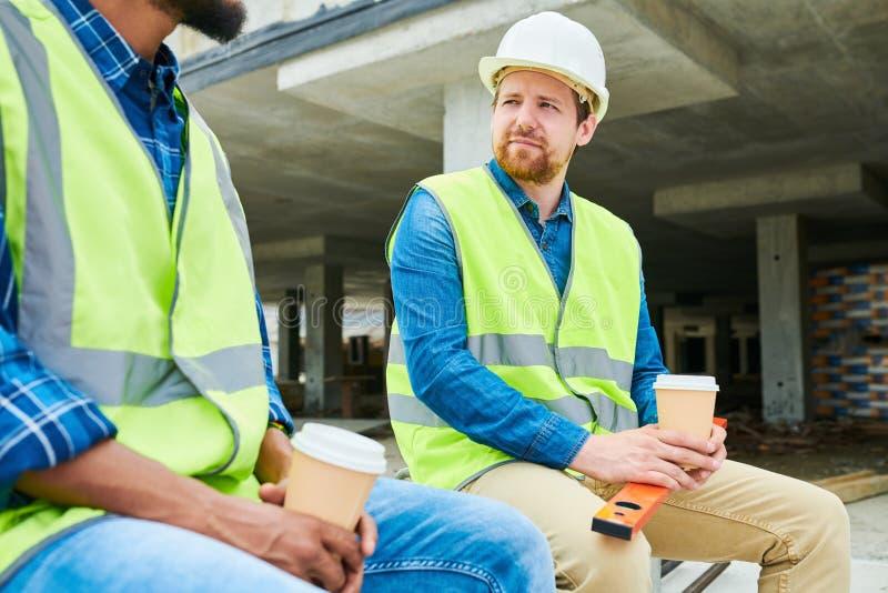 Ingénieur de construction écoutant le collègue image stock