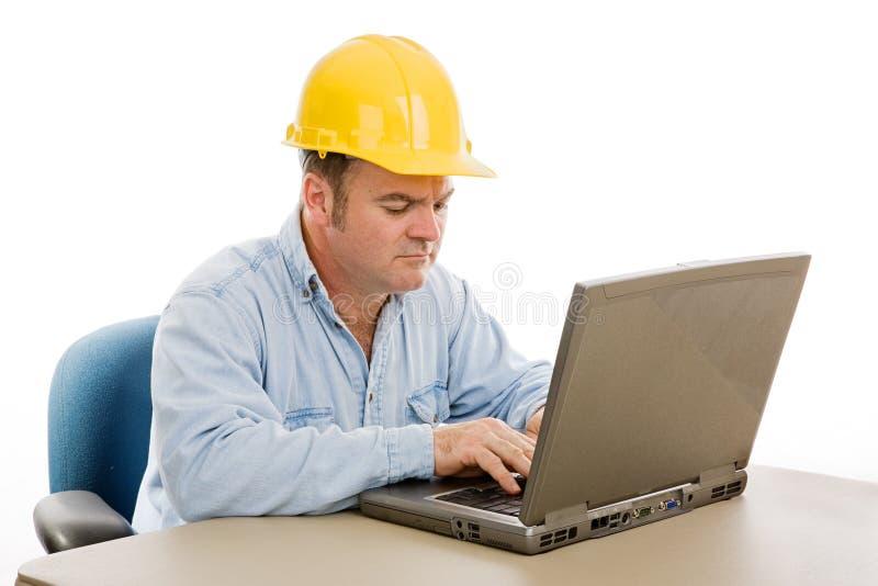 Ingénieur de construction sur l'ordinateur photographie stock libre de droits