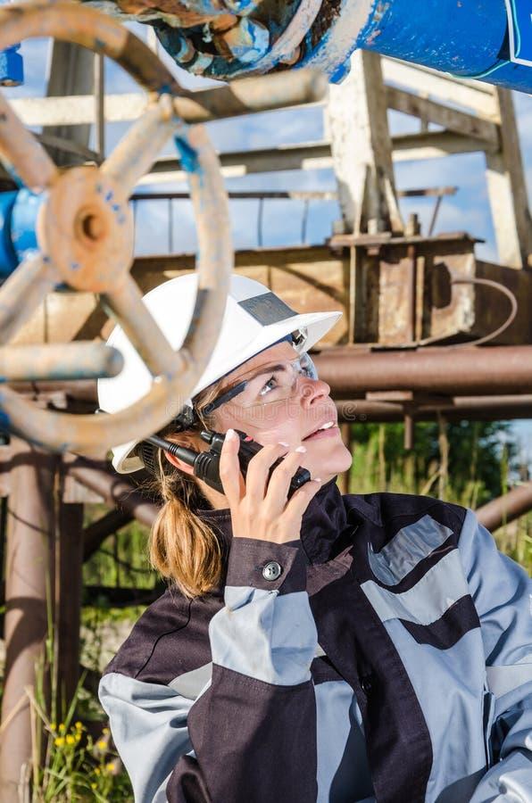 Ingénieur de femme dans le gisement de pétrole photos stock