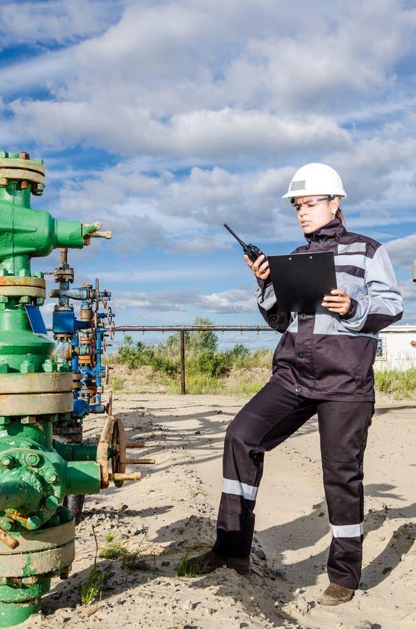 Ingénieur de femme dans le gisement de pétrole photographie stock