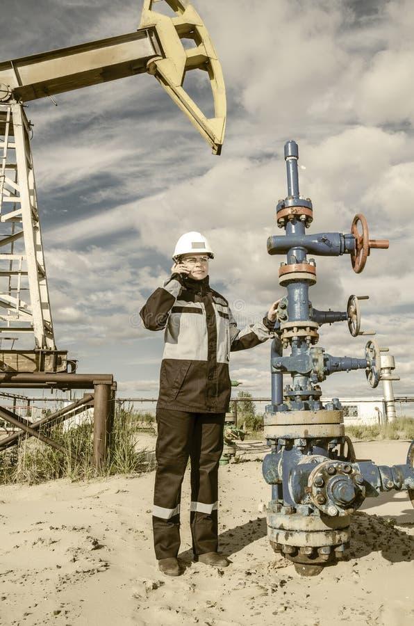 Ingénieur de femme dans le gisement de pétrole image stock