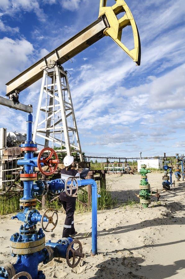Ingénieur de femme dans le gisement de pétrole photo libre de droits