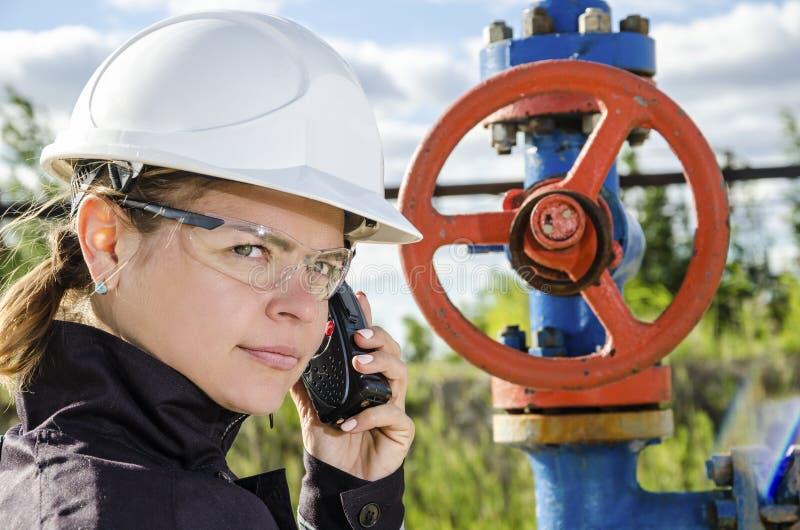 Ingénieur de femme dans le gisement de pétrole photographie stock libre de droits