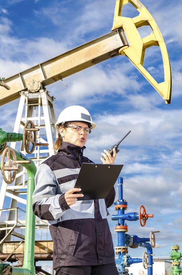 Ingénieur de femme dans le gisement de pétrole images libres de droits
