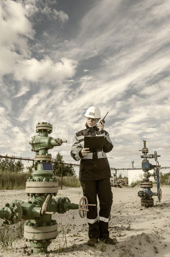 Ingénieur de femme dans le gisement de pétrole images stock