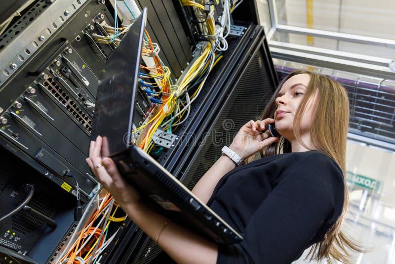 Ingénieur de jeune femme à l'équipement du réseau images libres de droits