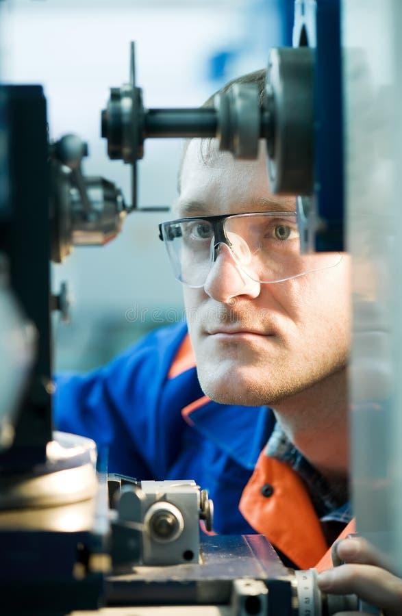 Ingénieur de Mehanician au travail photographie stock