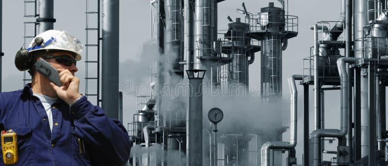 Ingénieur de pétrole et d'essence à l'intérieur de raffinerie photographie stock libre de droits