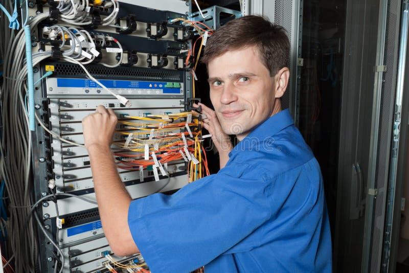 Ingénieur de réseau dans la chambre de serveur photos libres de droits