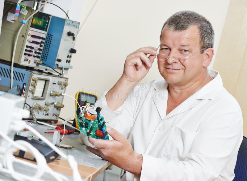 Ingénieur de technicien au travail avec la puce photos stock