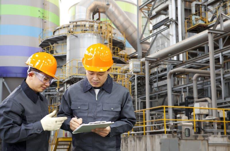 Raffinerie de pétrole d'ingénieur photo libre de droits