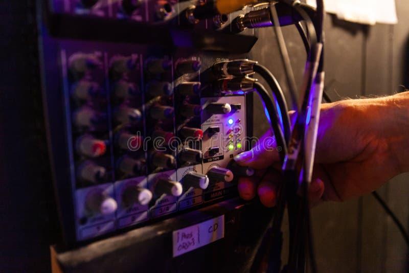 Ingénieur du son à l'aide de l'équipement au travail photographie stock libre de droits