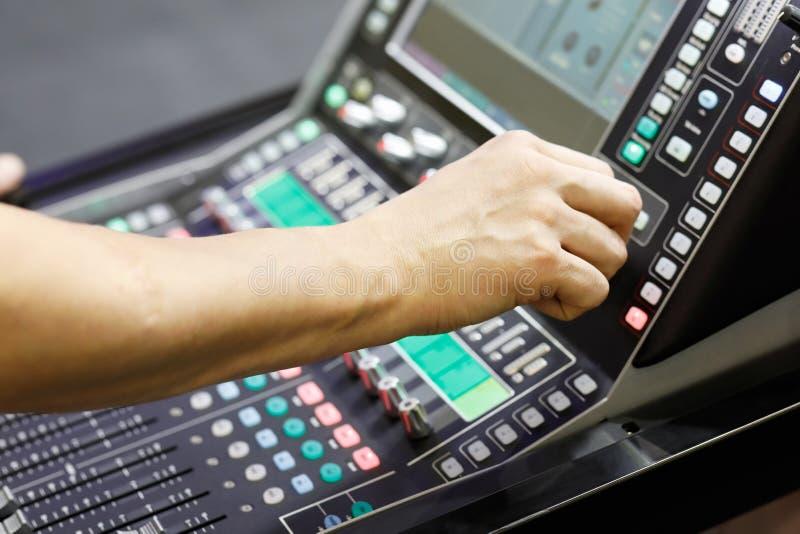 Ingénieur du son travaillant avec le mélangeur audio image stock