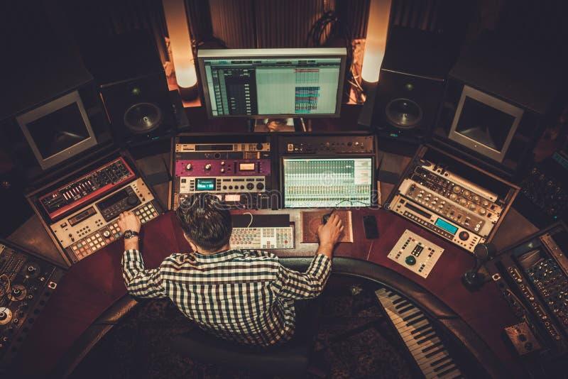 Ingénieur du son travaillant dans le studio d'enregistrement de boutique photographie stock