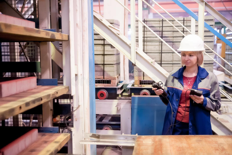 Ingénieur féminin avec des appareils de mesure image stock