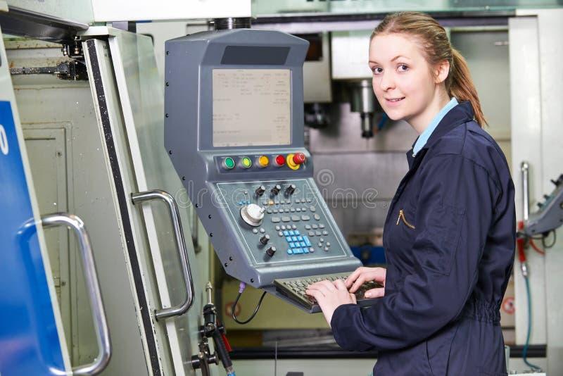 Ingénieur féminin Operating Computerized Cutting Machin d'apprenti image stock