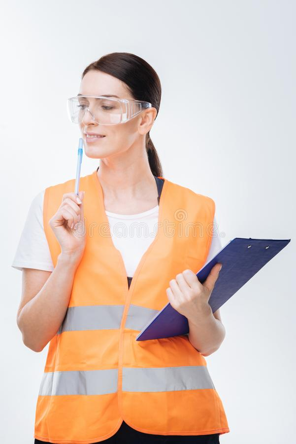 Ingénieur féminin songeur créant le plan photos stock