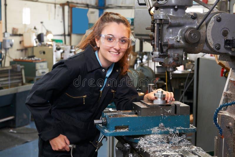 Ingénieur féminin Working On Drill d'apprenti dans l'usine photo libre de droits