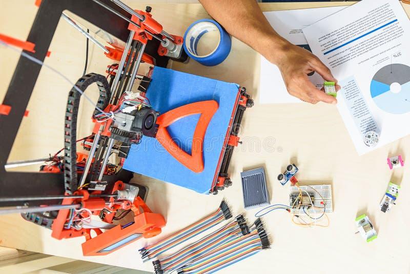 Ingénieur futé construisant l'équipement industriel additif image libre de droits