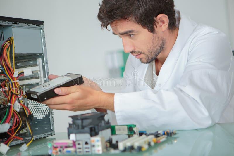 Ingénieur informaticien installant l'unité de disque dur photographie stock libre de droits