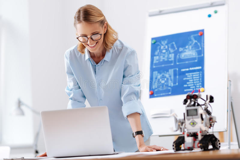 Ingénieur inspiré travaillant sur le projet de technologie dans le laboratoire photos stock