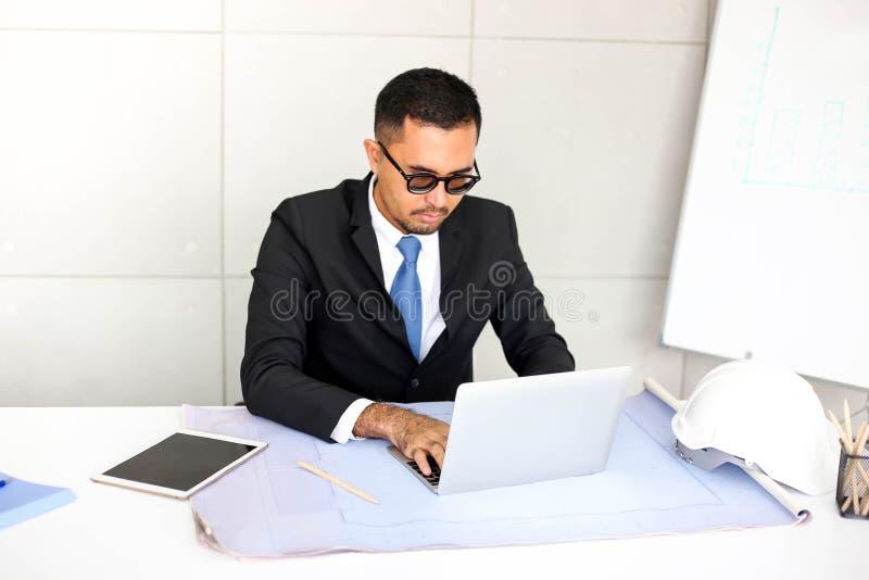 Ingénieur masculin indien d'homme d'affaires inspectant le site avec le bureau de construction images libres de droits