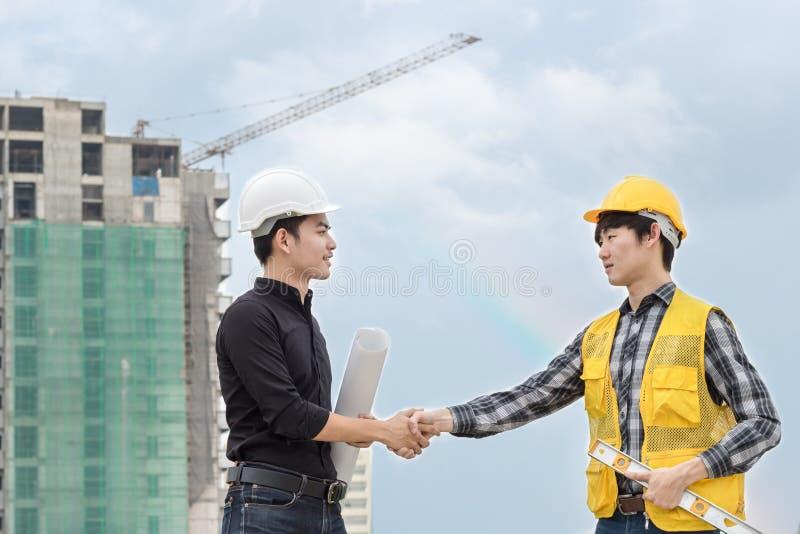 Ingénieur ou agent de maîtrise Handshake image libre de droits