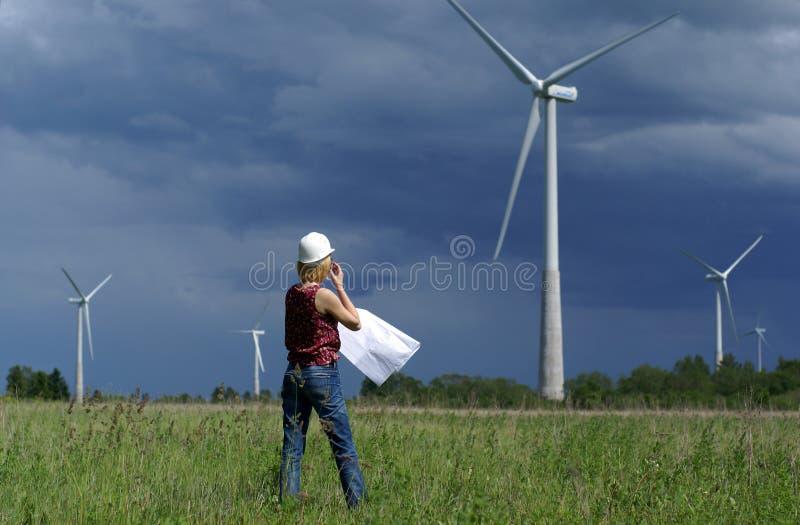 Ingénieur ou architecte de femme avec des turbines de vent photographie stock