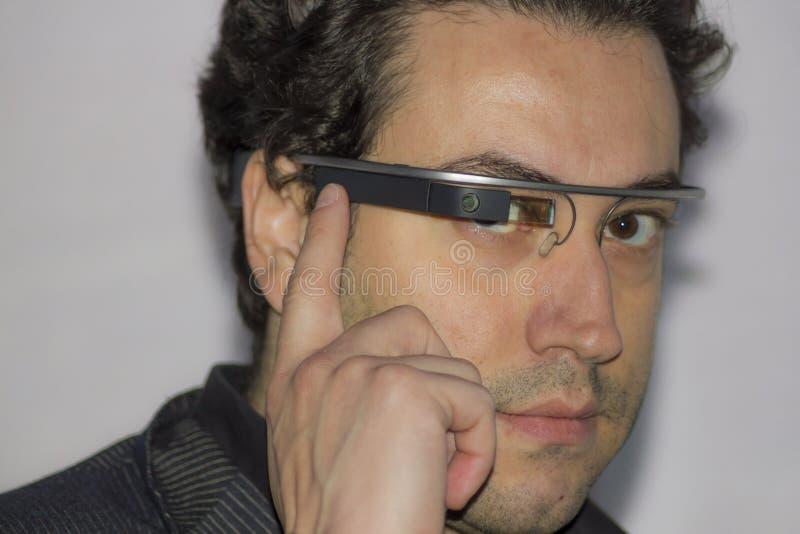 Ingénieur portant le verre de Google photos stock