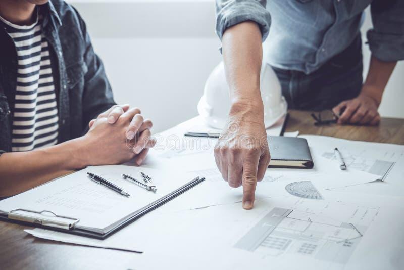 Ingénieur Teamwork Meeting, fonctionnement de dessin sur la réunion de modèle pour le fonctionnement de projet avec l'associé sur photographie stock