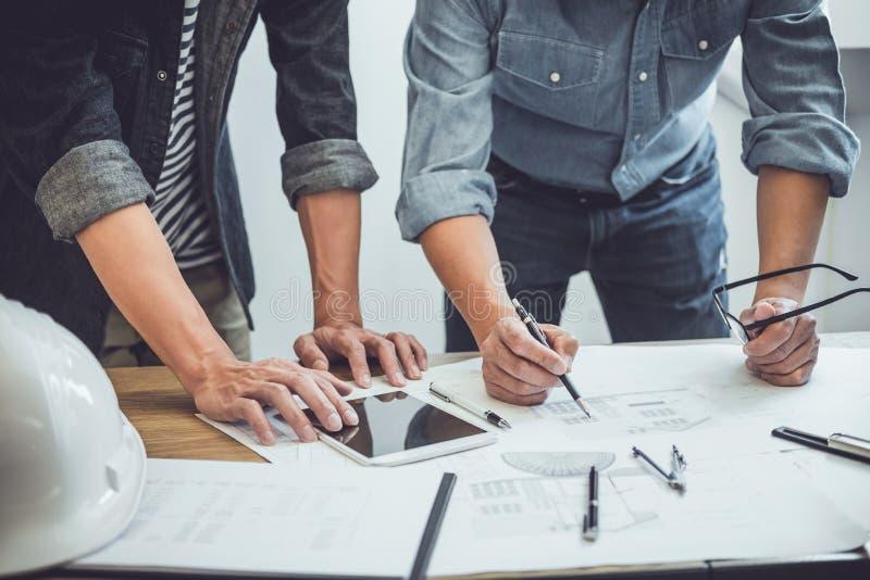 Ingénieur Teamwork Meeting, fonctionnement de dessin sur la réunion de modèle pour le fonctionnement de projet avec l'associé sur images libres de droits