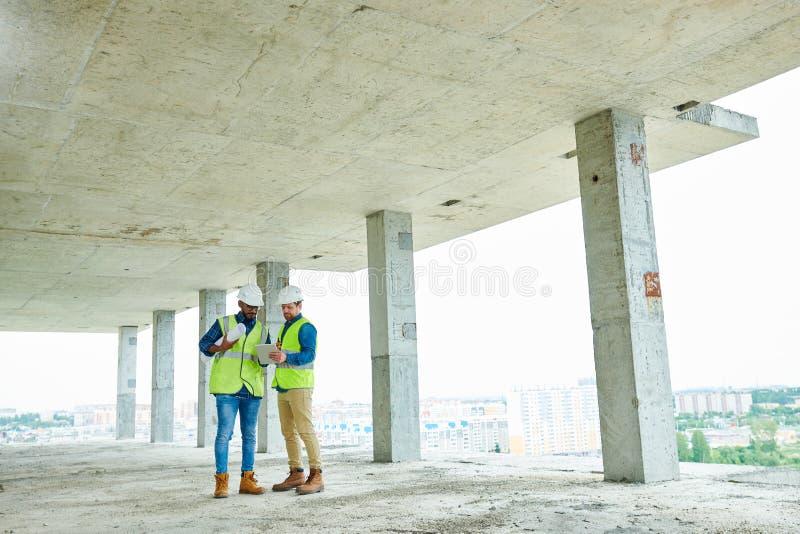 Ingénieurs de construction discutant le projet photo libre de droits
