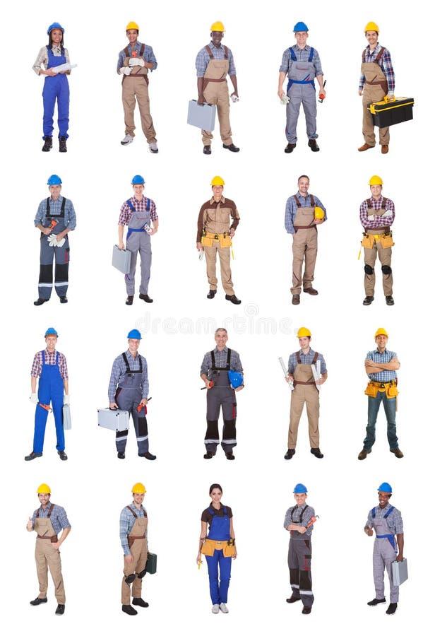Ingénieurs multi-ethniques sûrs sur le fond blanc photo stock