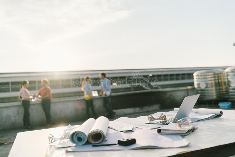 Ingénieurs ou architectes détendant après travail au chantier de construction Projets d'industrie ou concept de travail d'équipe photographie stock