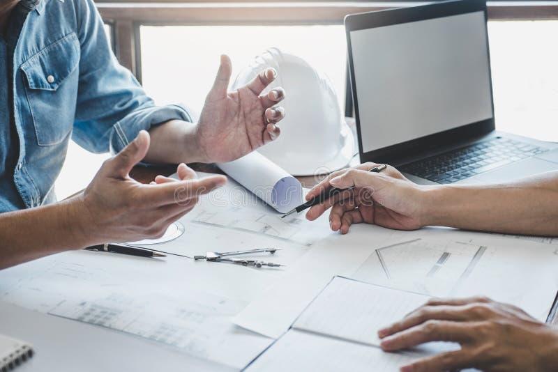 Ing?nieur Teamwork Meeting, fonctionnement de dessin sur la r?union de mod?le pour le fonctionnement de projet avec l'associ? sur photographie stock