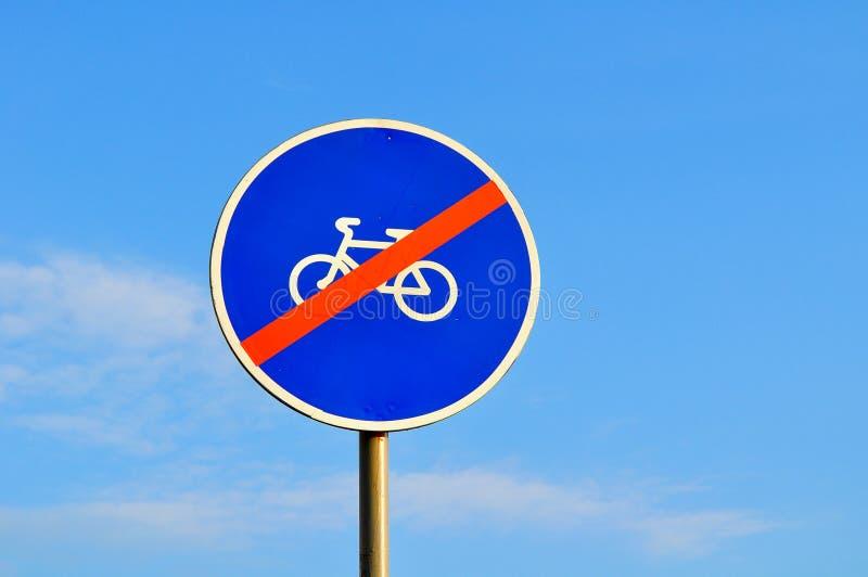 Inga cyklister undertecknar - closeupen mot blå himmel arkivbilder