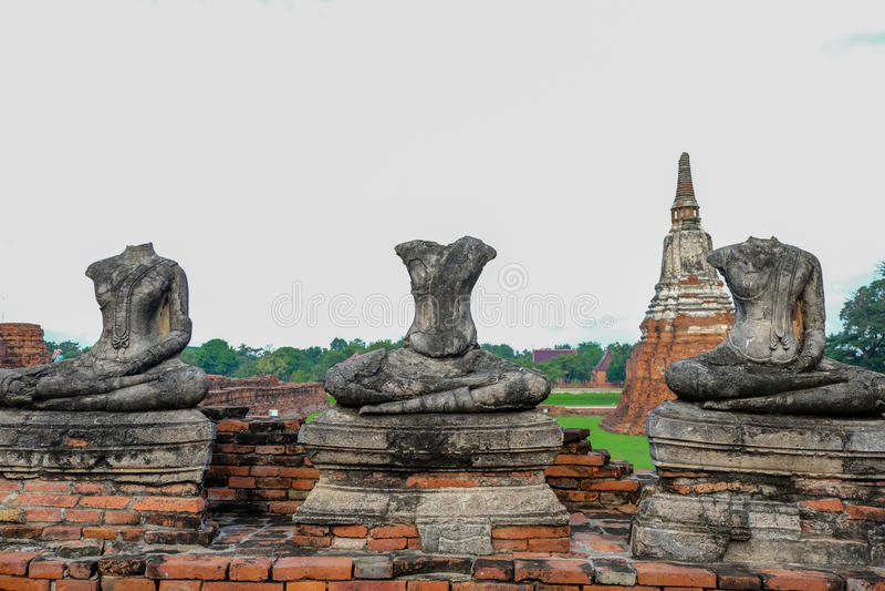 3 inga Head Buddhabilder på Wat ChaiWatthanaram arkivfoton