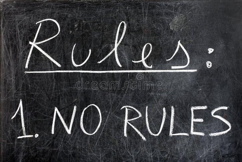 Inga regler på den svart tavlan royaltyfri foto