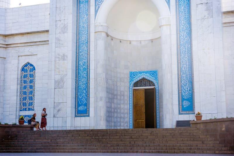Ingang aan de Centrale Moskee van Alma Ata, Kazachstan stock fotografie