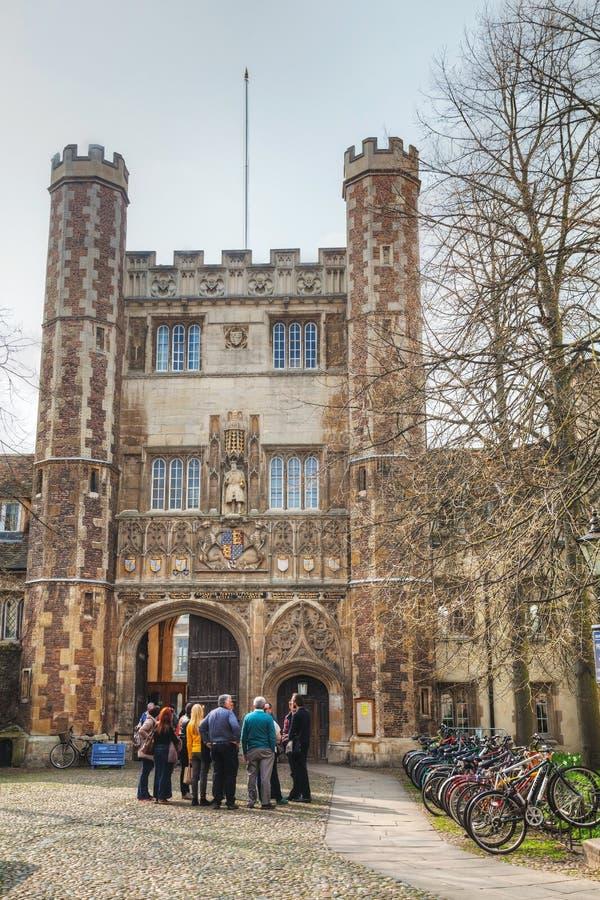 Ingang aan de Drievuldigheidsuniversiteit in Cambridge, het UK royalty-vrije stock fotografie