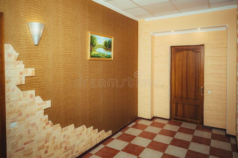 Ingang aan de flat Groot ontwerp - gang en hoofddeur royalty-vrije stock afbeelding