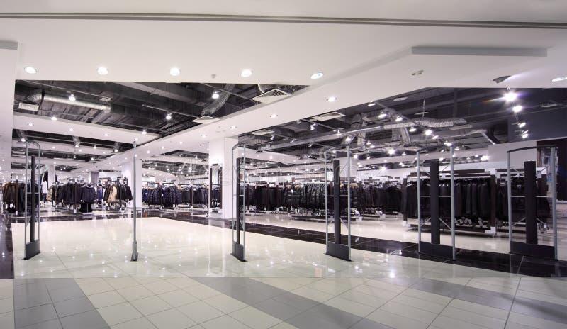 Ingang aan de ruime winkel van de verlichtingsbovenkleding stock afbeelding